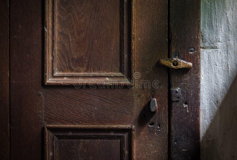 在一个木门的木门闩 库存图片