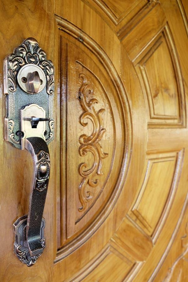 在一个木门的老金属把柄 库存图片