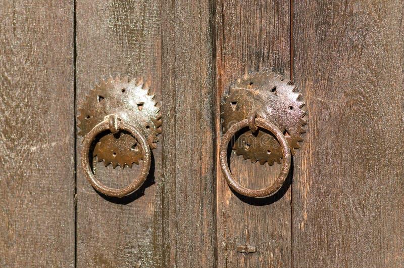在一个木门的老金属挂锁 历史村庄Bojenci,加布罗沃,保加利亚 库存图片