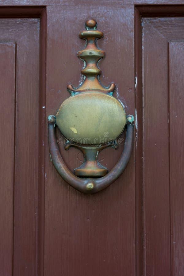 在一个木门的老黄铜拍板 库存照片
