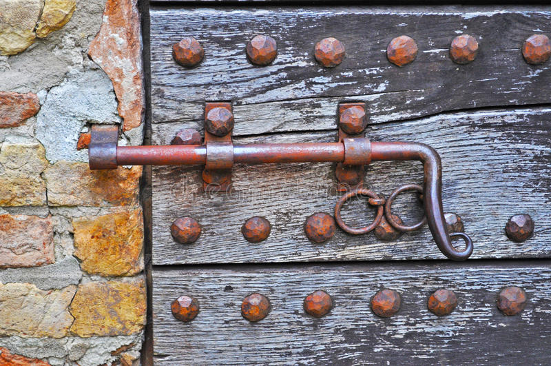 在一个木门的Deadbolt 库存照片
