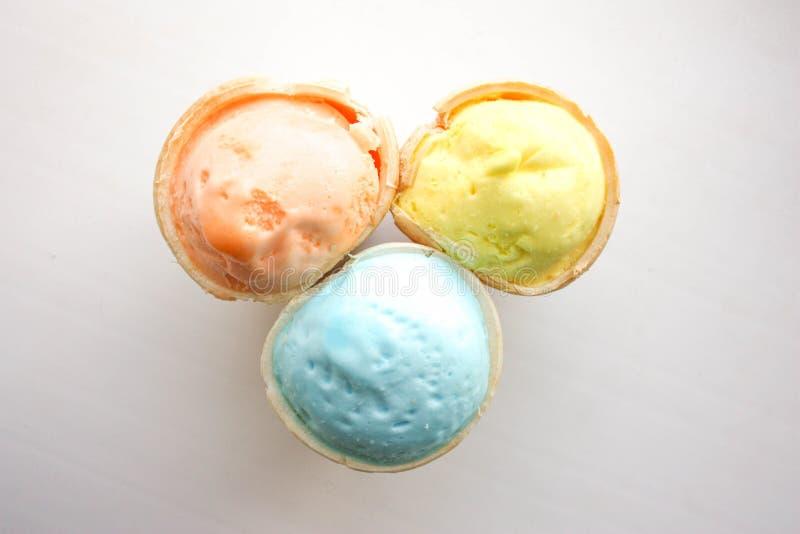 在一个杯子的冰淇凌奶蛋烘饼光 视图 库存照片
