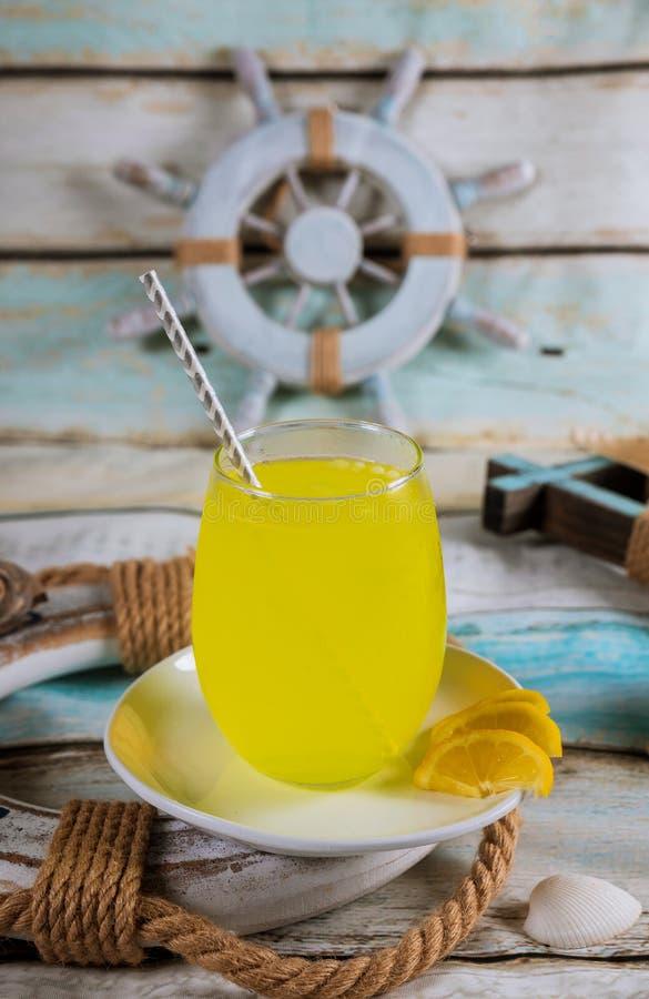 在一个杯子的柠檬水与贝壳夏天很快来临夏时 库存照片