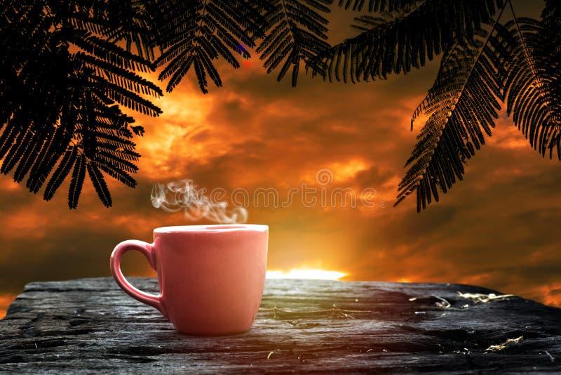 在一个杯子的热的饮料在难看的东西木头 免版税库存照片