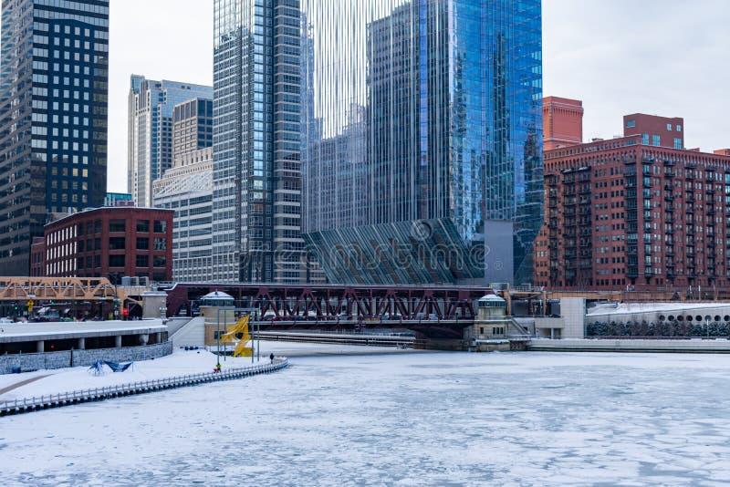 在一个极性漩涡和湖街道桥梁期间结冰的芝加哥河 免版税库存图片