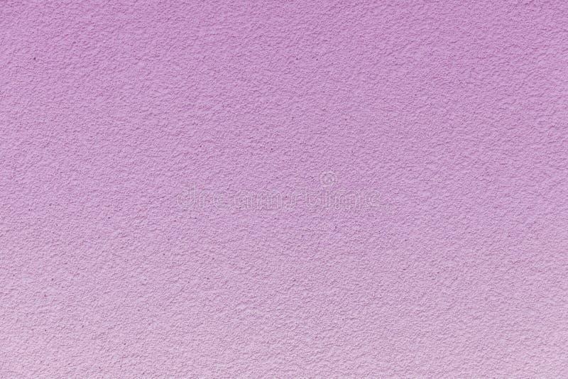 在一个柔和的桃红色梯度绘的混凝土墙 免版税库存图片