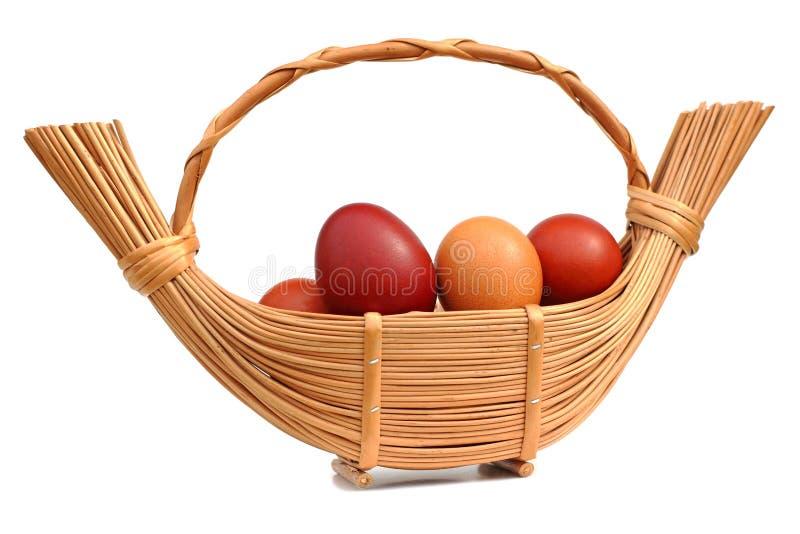 在一个柳条筐的复活节彩蛋 免版税图库摄影