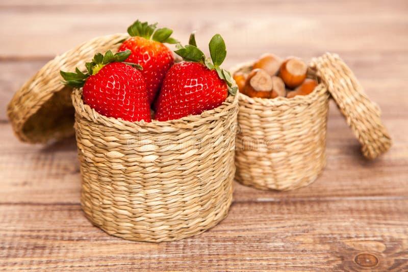 在一个柳条筐的新鲜的草莓 免版税库存照片