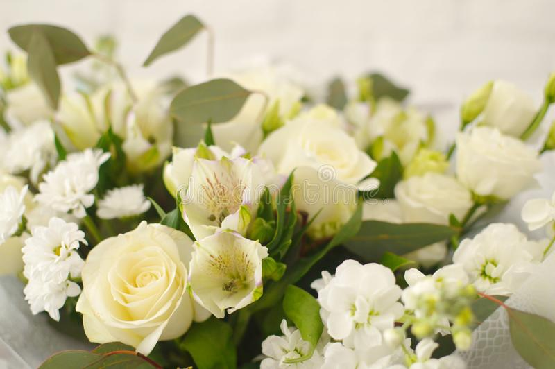 在一个柳条筐的美丽的白色花束 免版税库存图片