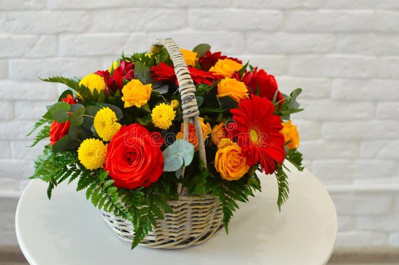 在一个柳条筐的美丽的联合的花束 库存图片