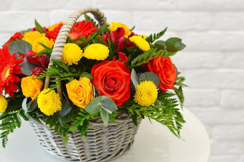 在一个柳条筐的美丽的联合的花束 免版税库存图片