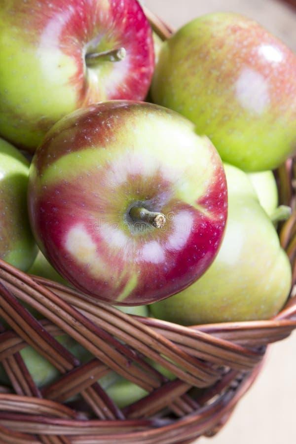 在一个柳条筐的苹果 免版税图库摄影