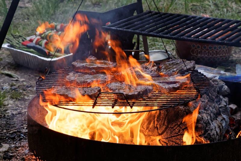 在一个格栅的牛排与火焰 免版税库存图片