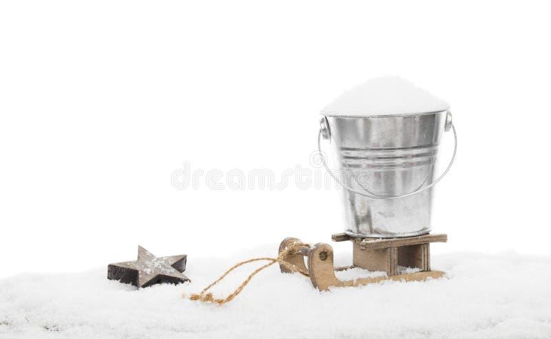 在一个桶的雪在雪撬 免版税库存图片