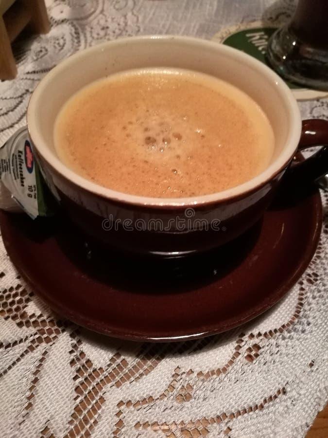 在一个棕色杯子的咖啡 免版税库存照片