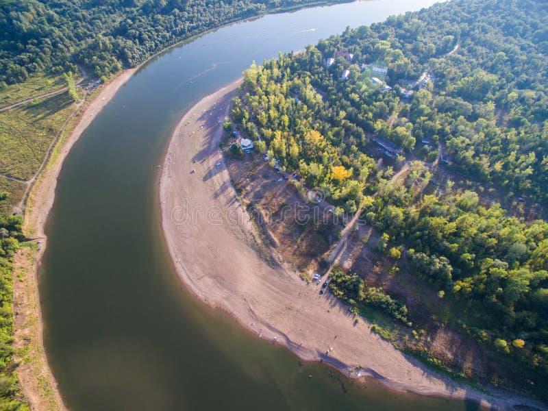 在一个森林中间的一条河接近城市 娱乐中心航测  图库摄影
