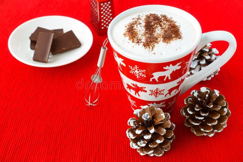 在一个欢乐杯子的热巧克力有冬天动机的 免版税库存图片