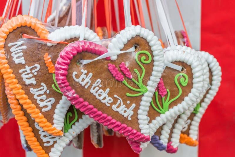 """在一个民间节日的姜饼心脏与德语措辞†""""我爱你,德国 库存照片"""
