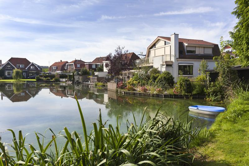 在一个池塘附近的传统房子在荷兰 免版税库存图片