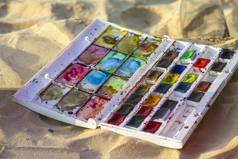 在一个沙滩安置的五颜六色的水彩集合 免版税库存照片