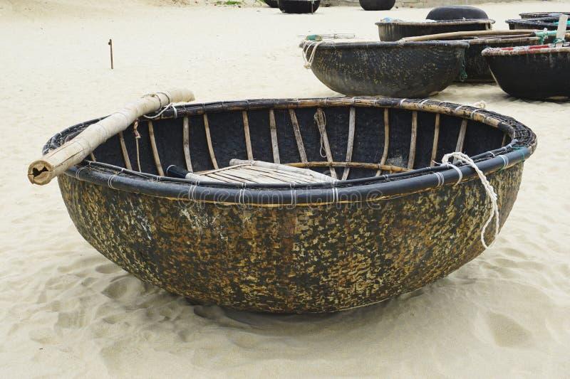 在一个沙滩的传统竹小圆舟小船在越南 免版税库存照片