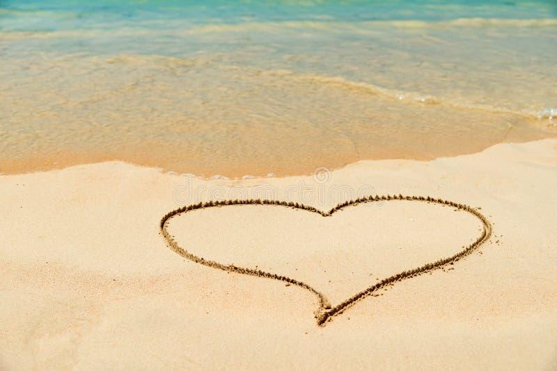 在一个沙滩的心脏 免版税库存图片