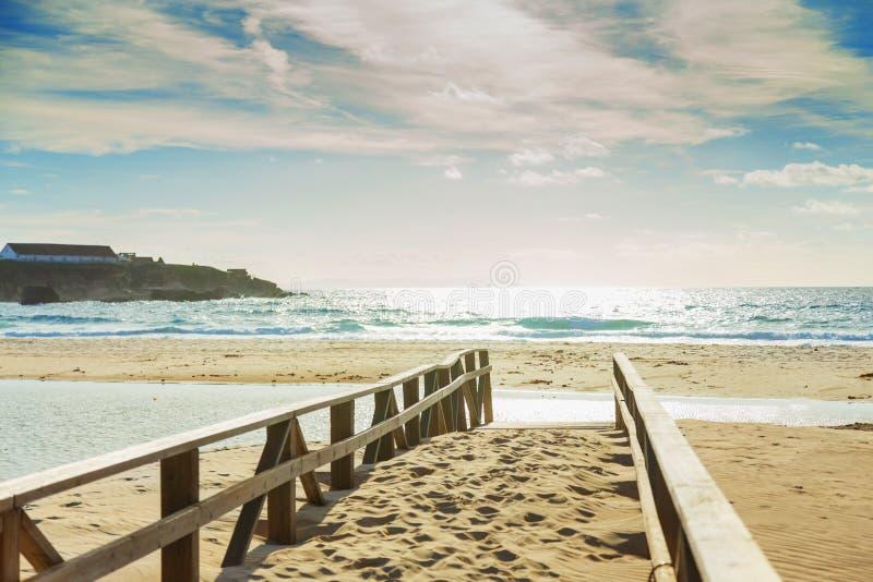 在一个沙滩的木桥 免版税库存图片