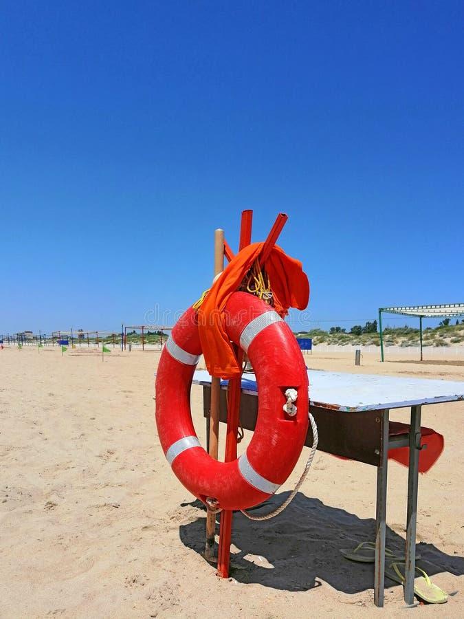 在一个沙滩的Lifebuoy,老桌 免版税库存照片
