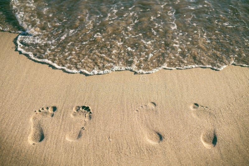 在一个沙滩的脚步 看板卡夏天星期日通知 假日和旅行概念 夏天震动 库存照片