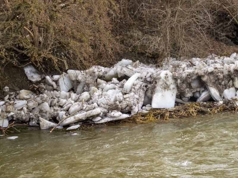 在一个河岸的大冰块在冰果酱以后在2月 库存照片