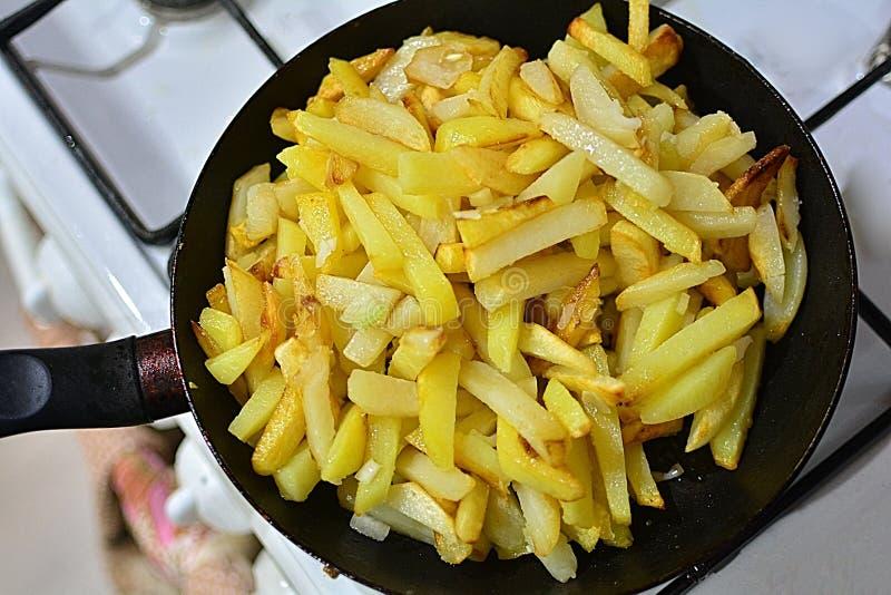 在一个油煎的煎锅的油煎的土豆 图库摄影