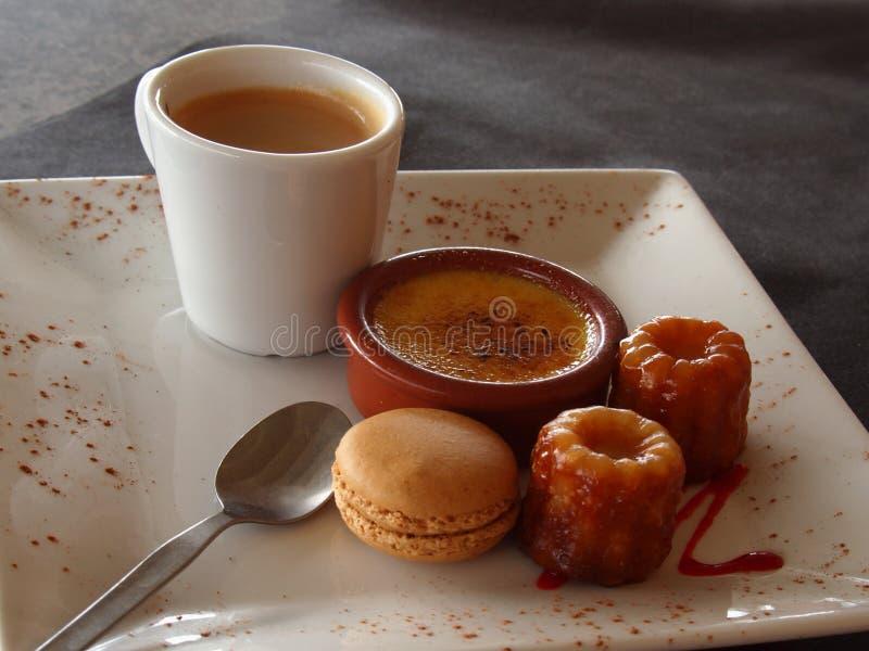 在一个法国咖啡馆的咖啡和点心 库存图片