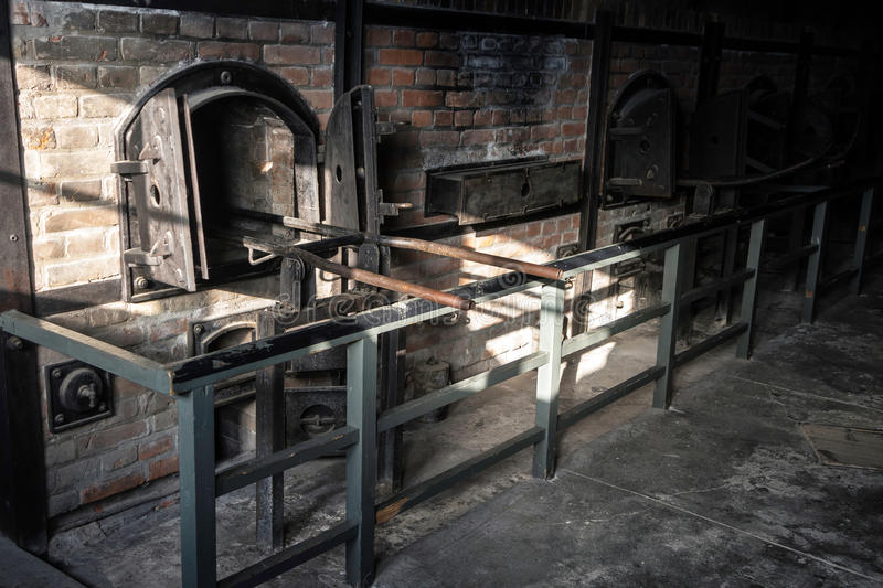 在一个法西斯主义的阵营Majdanek的可怕火葬场熔炉在波兰 免版税库存照片