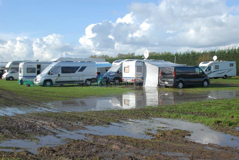 在一个泥泞的领域的搁浅的RV 免版税库存照片