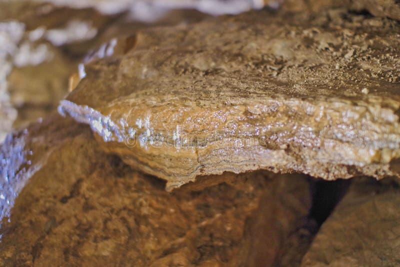 在一个洞的一块棕色石头在墙壁上 免版税库存照片