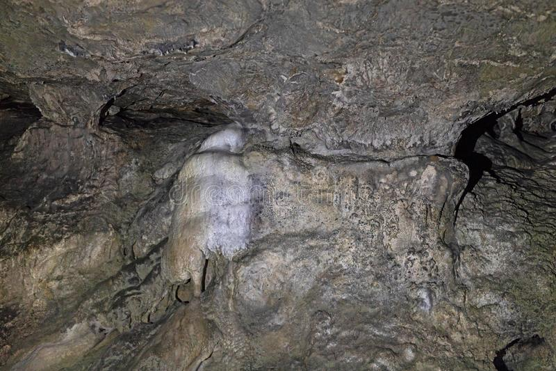 在一个洞的岩层在大厅的曲拱和墙壁 免版税图库摄影