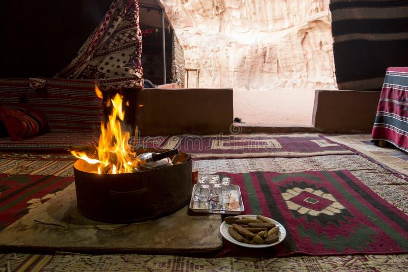 在一个流浪的帐篷的营火在旱谷兰姆酒沙漠 免版税库存图片
