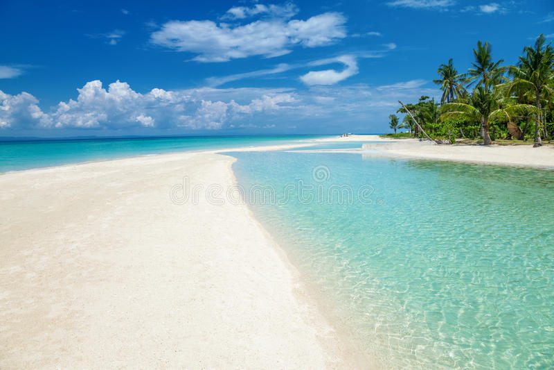 在一个海岛上的天堂海滩在菲律宾 免版税库存图片