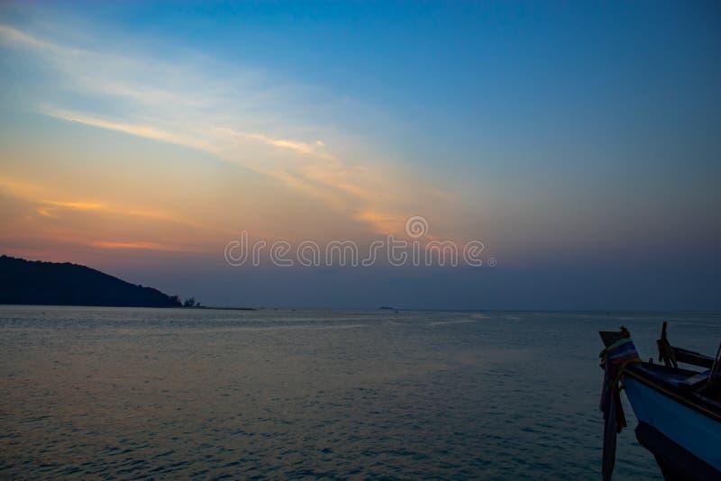 在一个海岛后的日落在酸值的Phaghan海在Suratthani 免版税库存图片