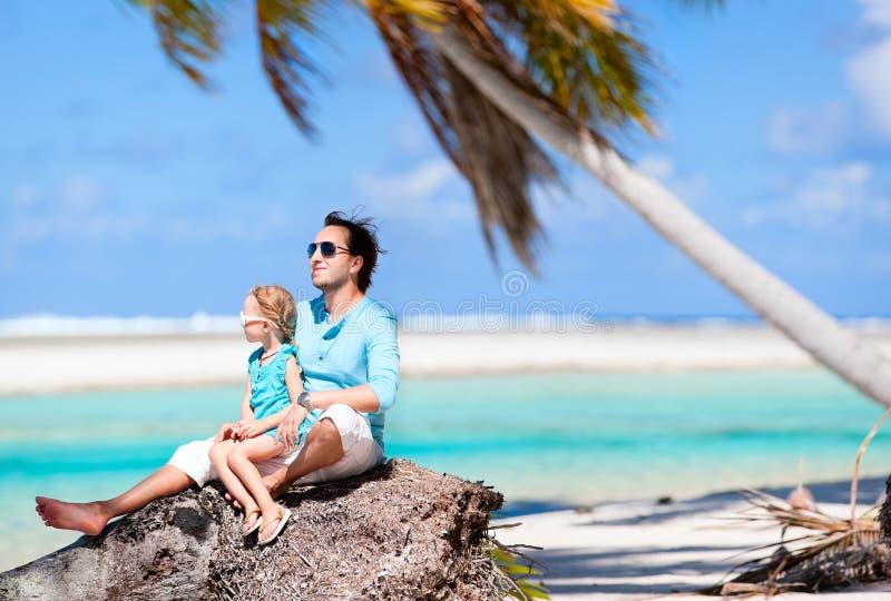 在一个海滩假期的父亲和女儿 库存照片