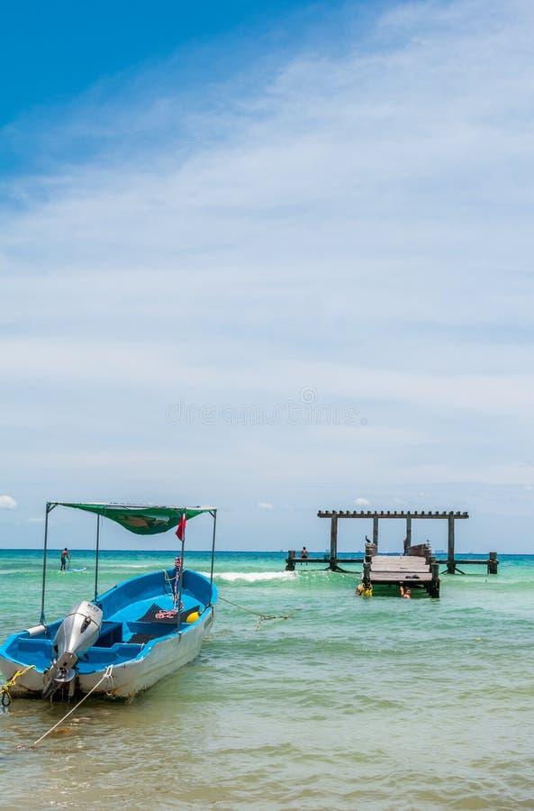 在一个海滩场面的靠码头的小船在海滨del卡门 库存照片