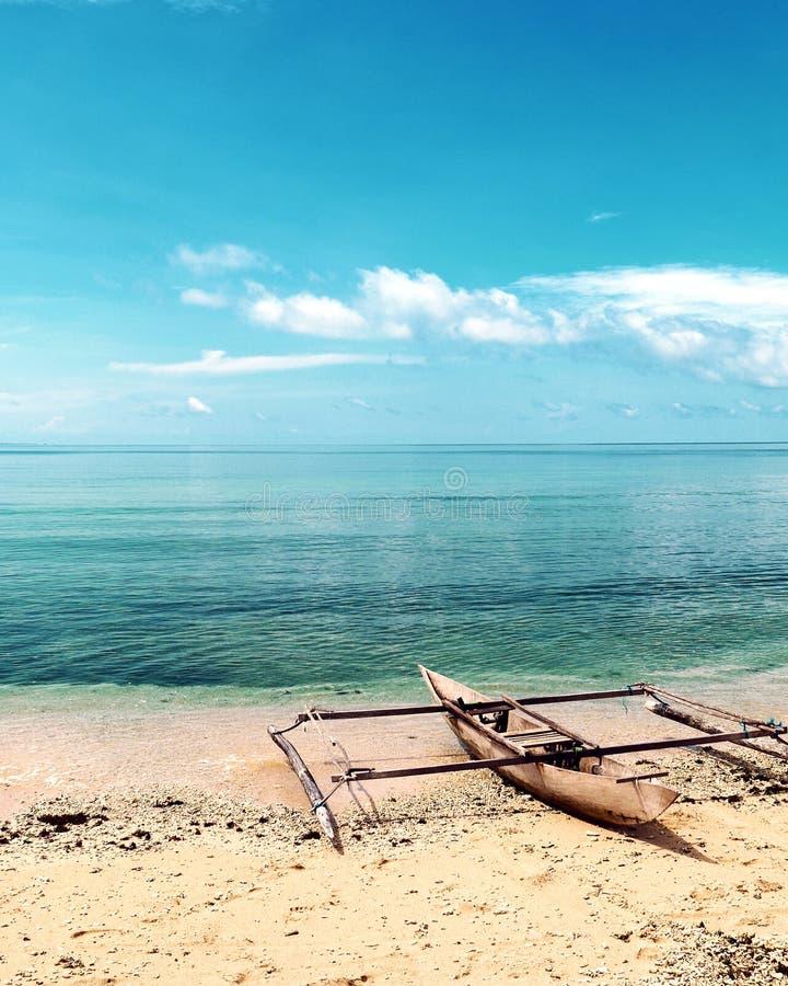 在一个海滩的偏僻的小船在王侯Ampat,西部巴布亚,印度尼西亚 库存照片
