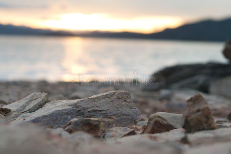在一个海滩的岩石在日落 库存图片