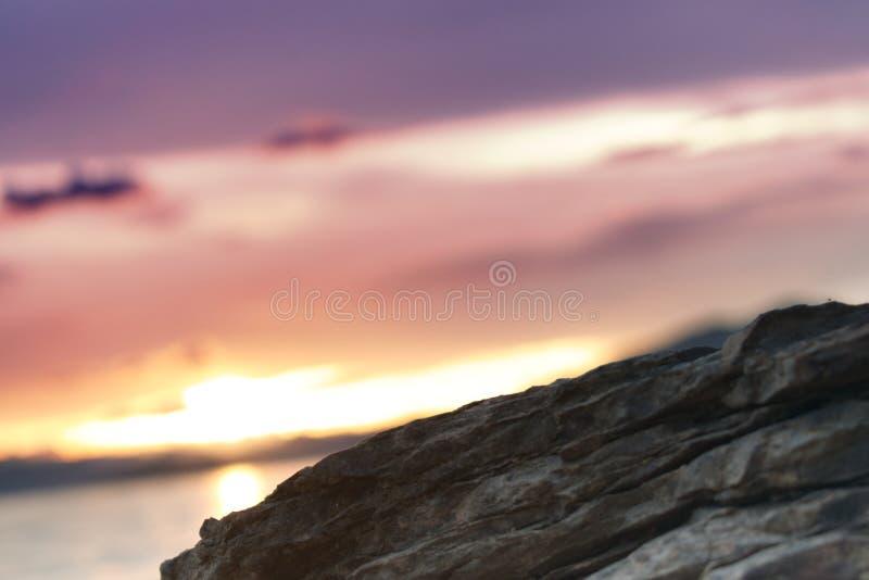 在一个海滩的岩石在日落 免版税库存图片