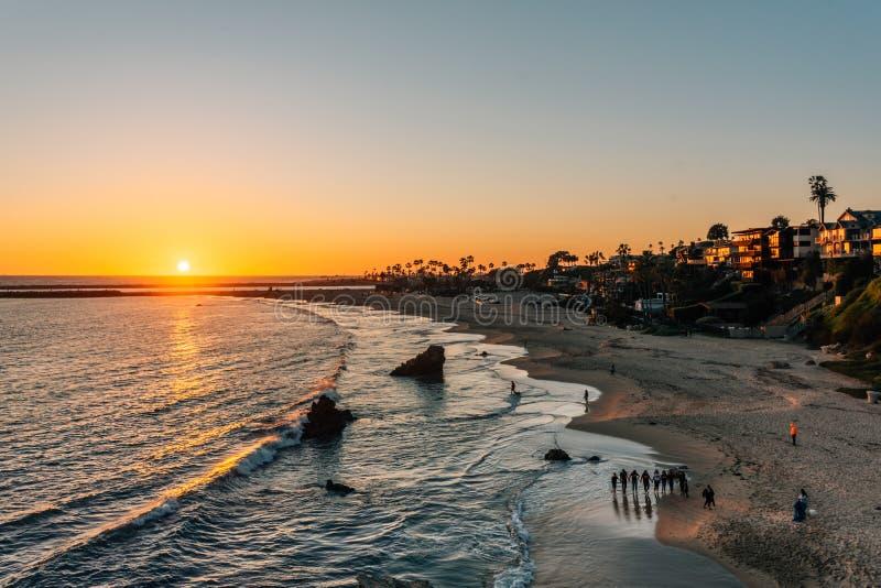 在一个海滩的日落视图从启发点,在科罗娜del Mar,新港海滨,加利福尼亚 库存图片