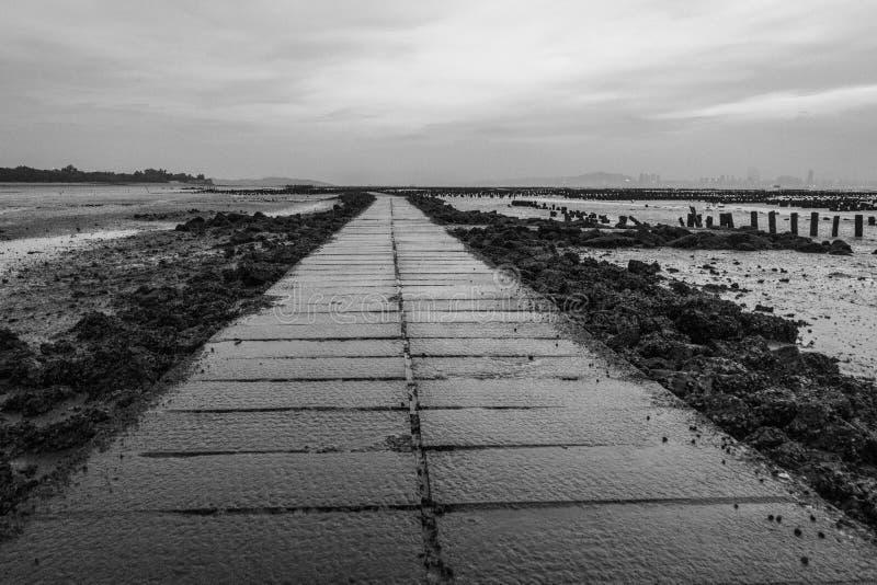 在一个海滩的湿走道在金门海岛,台湾上的北山 免版税库存图片