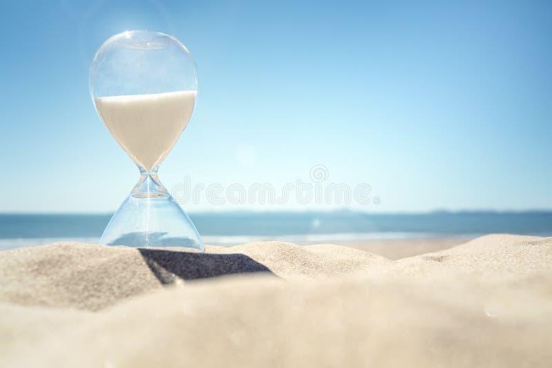 在一个海滩的滴漏时间在沙子 免版税库存照片
