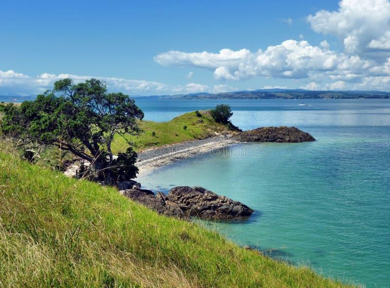 在一个海滩上的看法与海和海岛在背景中 免版税库存图片