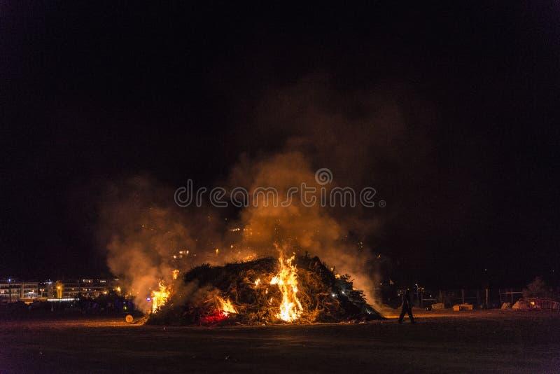 在一个海滩在晚上,肋前缘Brava,西班牙的篝火 免版税库存照片