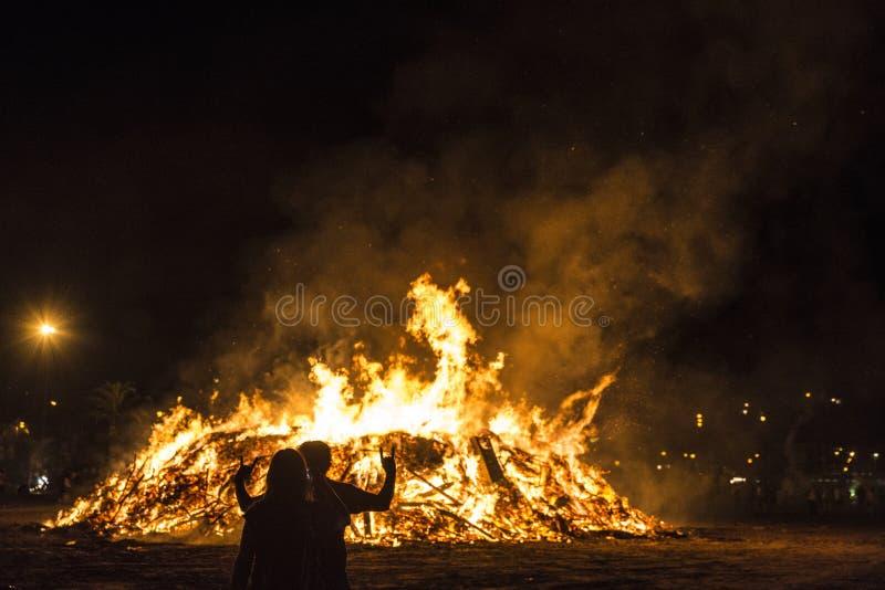 在一个海滩在晚上,肋前缘Brava,西班牙的篝火 库存图片